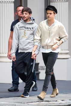 I'm a Larry fan, but even I know that this is probably photoshopped. Like how can Louis be about the same height as Harry? One Direction Pictures, One Direction Memes, I Love One Direction, Larry Stylinson, Louis Tomlinson, Gay Couple, Best Couple, Larry Shippers, Harry 1d