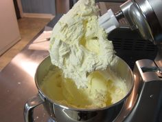 This is the recipe I used for this crusting buttercream icing: 2 sticks room-temperature butter 1 and cups butter-flavored Cris. Crusting Buttercream Recipe, Buttercream Icing Cake, Vanilla Buttercream Frosting, Sugar Cookie Frosting, Vanilla Cake, Fondant, Crumb Coat Icing Recipe, Buttercream Techniques, Chocolate Mousse Pie