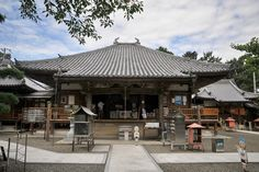 Daikō-ji is temple No. 67 on the Shikoku pilgrimage. The temple is located in the countryside on the outskirts of Kannonji. The huge camphor tree in the compound is said to have been planted by Kōbō Daishi. The statue is of Tendai Daishi, the Chinese founder of T'ien-t'ai Buddhism. #shikokupilgrimage #ohenro #Buddhism