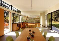 Móveis da cozinha e sala de jantar projetados com madeira de reflorestamento.  Foto: Pinterest Casa sustentável