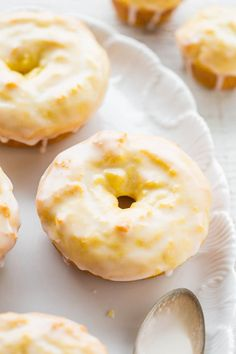 Baked Lemon Donuts with Lemon Glaze - They taste like the Starbucks lemon loaf, but in donut (or mini muffin) form! Easy, no mixer recipe with a tart-yet-sweet lemon glaze that's PERFECT! Lemon lovers will adore them! (easy sugar cookies no mixer) Lemon Desserts, Lemon Recipes, Baking Recipes, Sweet Recipes, Delicious Desserts, Dessert Recipes, Cupcake Recipes, Breakfast Recipes, Snack Recipes