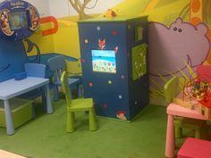 Interaktywny kącik dla dzieci w sieci przychodni - wieża 4-ścienna z dotykowym monitorem oraz dodatkowymi grami www.zabawiacze.pl