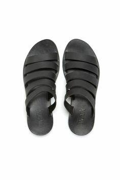 spartiates femme en cuir noir, comment bien porter les sandales noires
