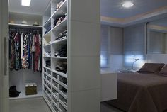Dormitório e Closet Casal: Closets por Angela Ognibeni Arquitetura e Interiores kleiderschrank Como integrar o closet no quarto Bedroom Closet Design, Bedroom Wardrobe, Closet Designs, Bedroom Storage, Bedroom Decor, Walk In Wardrobe, Walk In Closet, Closets Pequenos, Closet Behind Bed