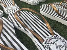 Sandalias para boda en rayas negras y blancas con correa dorada. Informes vía whatsap 55 3552 2022