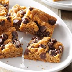 Oatmeal Chocolate Chip Peanut Butter Bars Recipe- Recipes Oatmeal, peanut butter and chocolate chips make these bars a big hit with kids of all ages. Since I always have these basic ingredients on hand, I can whip up a batch anytime. Potluck Desserts, Top 10 Desserts, Cookie Desserts, Cookie Bars, Cookie Recipes, Dessert Recipes, Bar Cookies, Bar Recipes, Picnic Recipes