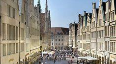 """""""Es gibt – außer vielleicht den Kölnern – wohl niemanden, der so stolz auf seine Stadt ist, wie ein Münsteraner. Schon Deutschlands erster Bundespräsident Theodor Heuss hatte die Stadt einst als die Schönste Deutschlands gerühmt. Nicht nur die gute Stube Münsters, der historische Prinzipalmarkt ist mehr als sehenswert, auch die vielen Museen und Kneipen machen einen Besuch der Stadt zum Erlebnis. Etliche Arkaden laden zudem zu ausgedehnten (leider auch sehr teuren) Shoppingtouren ein."""""""