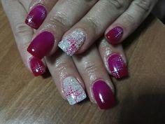 Unghie con Gel termico fuxia/rosso e anulare con glitter bianchi e nail art astratta a puntini