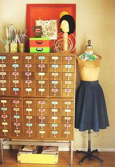 Beading craft room and came across this great idea for craft storage - library card catelogue Yarn Storage, Craft Room Storage, Craft Rooms, Knitting Storage, Bead Storage, Small Storage, Coin Couture, Jean Miro, Old Libraries