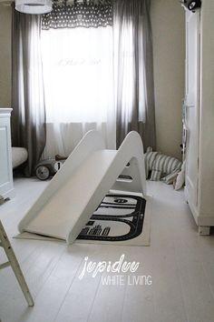 Wir haben ein neues Lieblingsspielzeug :-) Die wunderbare Holzrutsche von Jupiduu . Noel liebt sie wirklich sehr. Schon als ich...