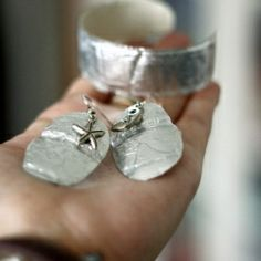 Easily create your jewelry with plastic bottles and aluminium foil!