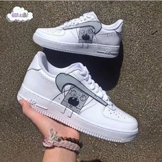 The post Doodle Bob Air Force Bewerten Sie diese! Polizist appeared first on beste Schuhe. Nike Shoes Air Force, Nike Air Force Ones, Custom Sneakers, Custom Shoes, Sneaker Store, Reflective Shoes, Style Japonais, Aesthetic Shoes, Baskets Nike