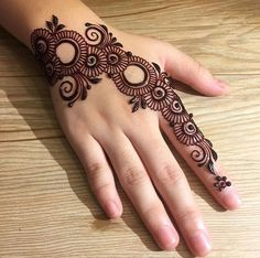 Girls paint their hands and legs with lovely and pretty new mehndi designs. These stunning mehndi designs are perfect for everybody. Easy Mehndi Designs, Henna Hand Designs, Dulhan Mehndi Designs, Latest Mehndi Designs, Arte Mehndi, Mehndi Designs Finger, Mehndi Designs For Girls, Mehndi Designs For Beginners, Mehndi Design Photos
