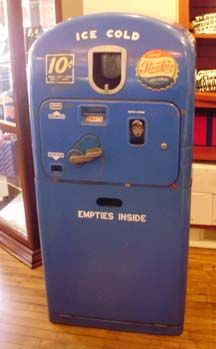 Here are some old Pepsi Machine. Two of them are from the and the other are and if you look Pepsi has change the color of t. Vintage Coca Cola, Soda Vending Machine, Vending Machines, Coke Machine, Reuse Old Tires, Reuse Recycle, Recycling, Soda Machines, Pepsi Cola