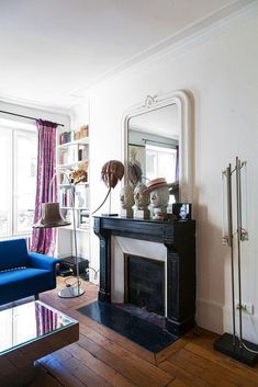 Salon Cheminée Sculptures Miroir ancien Bibliothèque Livres Canapé bleu Appartement Créatrice DA/DA Diane Ducasse Mirror Over Fireplace, Cosy Fireplace, Dark Living Rooms, Living Room With Fireplace, French Interior, Home Interior, Interior Inspiration, Home And Family, Sweet Home