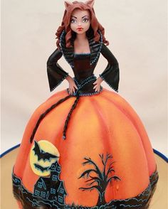 Lovely Halloween cake for girls/ladies (or if someone's birthday falls around that time of the year! Halloween Torte, Pasteles Halloween, Bolo Halloween, Halloween Birthday Cakes, Dessert Halloween, Fete Halloween, Halloween Goodies, Halloween Food For Party, Halloween Cupcakes