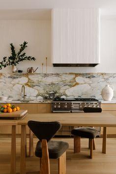 Interior Design Kitchen, Interior And Exterior, Kitchen Decor, Interior Decorating, Gold Kitchen, Architecture Restaurant, Interior Architecture, Home Luxury, Architectural Digest
