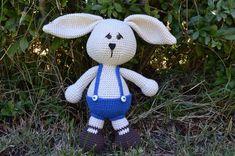 Conejo Amigurumi - Patrón Gratis en Español  paso a paso aquí: http://esunmundoamigurumi.blogspot.com.es/2013/03/conejo-patron-gratis.html
