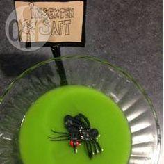 Insektensaft (Halloweenbowle) - Ich hab für die Halloweenparty meiner Tochter Insektensaft gemacht. Die Kinder fandens super und haben sich um die Plastikinsekten gerissen. Wenn die Insekten nicht schwimmen, einfach eine Schale in der Bowle versenken und die Insekten darauf legen.@ de.allrecipes.com