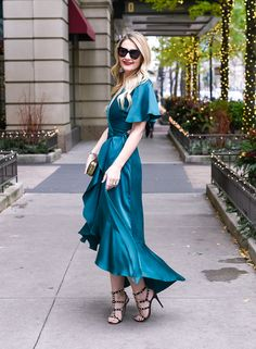 Jenna Colgrove wearing the Temperly London Emerald Parrot Wrap Dress from Rent the Runway. Miami Fashion, Vogue Fashion, Suit Fashion, Fashion Dresses, Style Fashion, Rent Dresses, Blue Dresses, Dress And Heels, Dress Up