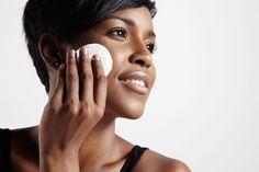 Du neigst zu öliger Haut? Dann haben wir sieben Tipps für dich, wie du fettigen Hautpartien den Garaus machst.