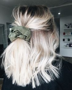 Flechtfrisuren - braided Hair - Haare short blonde balayage hair into a velvet scrunchie Balayage Straight, Balayage Blond, Blonde Balyage, Straight Hair, Short Hair Updo, Curly Hair Styles, Blonde Ombre Short Hair, Blonde Highlights Short Hair, Dyed Blonde Hair