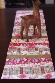 diy table runner, table runner tutorial, christmas table runner-find the instructions on themombot.com-super easy and soooo cute!!!