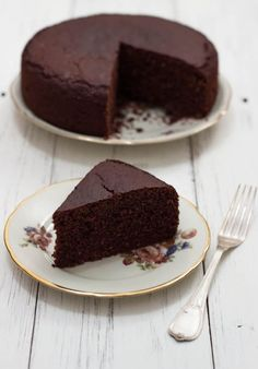 This very high vegan and gluten-free chocolate cake will leave you speechless . Vegan Sweets, Vegan Desserts, Raw Food Recipes, Sweet Recipes, Dessert Recipes, Gluten Free Chocolate Cake, Chocolate Desserts, Cake Chocolate, Healthy Cake