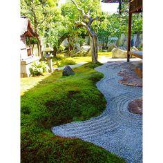 重森三玲庭園美術館(2014 初夏) Mirei Shigemori Residence  苔って夏は乾燥して黒くぱさぱさしちゃうんですが、ここは毎日水をあげているとのことで夏でもモッフモフ(*^-^)/☆ * #japan #kyoto #garden #japanesegarden #mireishigemori #mireishigemoriresidence #mosslikers #京都 #重森三玲庭園美術館 #庭園 #重森三玲 #枯山水