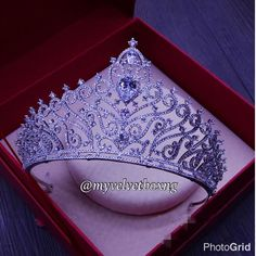 Starting the day on a shiny note. Custom #Tiara order for one of our 2017 #mvbbrides. We simply can't get over its beauty. To order, please WhatsApp us on 09091465792 or 08153026248. #somethingbeautiful #bridalaccessories #queening #bellanaijaweddings #nigerianweddings #myvelvetboxjewelry #myvelvetboxng #mvb