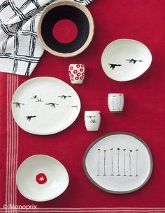 the traveler, painter artist Marion Lesage has created a wonderful line of objects and textiles for Monoprix. you can find all the colle. Diy Mug Designs, Cool Designs, Diy Mugs, Lesage, Ceramic Tableware, Elle Decor, Jewellery Display, Textures Patterns, Home Deco