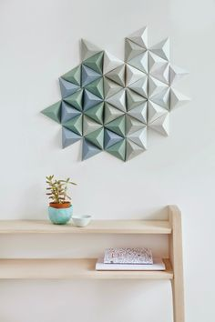De origami trend breidt zich uit van papier naar je interieur en tot aan het design van huizen, gebouwen, plafonds en meubels. Overal spotten we de Japanse papiervouwkunsten.