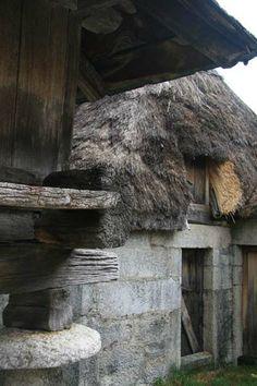 Os telhados dos celeiros de Piornedo também são de origem vegetal. As construções mais novas foram feitas de maneira a preservar as antigas construções. http://viajaresunreflejodelplacer.blogspot.es/img/1000aj5.jpg