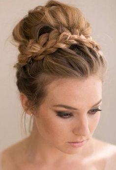 Entre los peinados de novia, los peinados altos, moños y recogidos, son los más elegantes y versátiles. Sea cual sea el estilo y propuest...