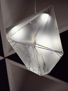 Lustre polyèdres irréguliers en métal et polycarbonate, par C-Cube (FR)