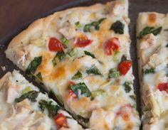C'est une recette absolument parfaite de pizza au poulet (avec légumes) avec une onctueuse sauce blanche à l'ail!