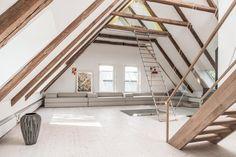 sofa, kunst, licht, dachstuhl, dachgeschoss, holzbalken, treppe, grosszuegig, kiefernboden, design, modern, hell, weiss. www.welle8.com #Dachstuhl