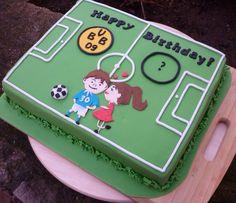 Ein Spielfeld als Geschenkgutschein für die Auswahl eines Fußball Spieles vom BVB Borussia Dortmund. Mal eine andere Geschenkidee zum 30. Geburtstag!!! Und dieses Mal war es echt aufregend! Die Torte wurde auf dem Postweg dem Geburtstagskind überbracht. Der Weg war lang bis nach München und es hat geklappt!! Ich war total aus dem Häuschen! #fondant #cake #soccer #bvb #fussballfan #spielfeld #torte #anni_cakes