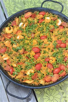 Paella recept met kip, garnalen en chorizo van Foodblog Foodinista Tapas Recipes, Fish Recipes, Chicken Recipes, Healthy Recipes, Spanish Tapas, Spanish Food, Paella Recept, Chorizo, Bbq