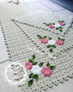 No automatic alt text available. Crochet Table Mat, Crochet Doily Rug, Crochet Placemats, Annie's Crochet, Crochet Gratis, Crochet Stars, Crochet Home, Crochet Flowers, Crochet Patterns