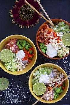 Mina bästa bowls | Fitness & Hälsa | Dessa Poké Bowls har ris i botten och är sedan toppade med olika sorters grönsaker, kallrökt lax, avokado, lime, sesamfrön, hackade jordnötter och en kall sås gjord på creme fraiche, lime och ingefära. Så galet fräscht och gott! Poke Bowl, Bowls, Cobb Salad, Quinoa, Poker, Fitness, Sushi, Healthy Recipes, Healthy Food