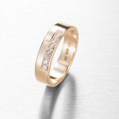 Midas Kultaseppien Aino-sormus kuuluu Wedding-kokoelmaan. Aino-sormus on pelkistetty ja hillitty sormus, jossa kuitenkin on sitä jotakin mikä kestää aikaa. Ainoon on istutettu 7 x 0.01 ct W/Vs timanttia, yhteispainoltaan 0.07 ct. Aino-sormus valmistetaan käsityönä ja on saatavissa myös kokonaan valkokultaisena tai punakultaisena sekä platinasta. Aino voidaan valmistaa myös haluamallasi kivimäärällä. Suositushinta 900 €. Wedding Rings, Engagement Rings, Jewelry, Enagement Rings, Jewlery, Jewerly, Schmuck, Jewels, Jewelery