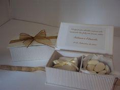 Lembrancinhas dos Padrinhos Casamento Fátima e Eduardo : Caixinhas seguindo as cores do casamento e dentro 1 bem casado e amêndoas!