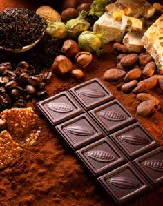 La mayoría de las personas disfruta experimentar la exquisitez del cacao-chocolate en su paladar. Su olor afrodisiaco despierta las más bajas pasiones; saborearlo, masticarlo de manera voraz, o lamerlo para que tarde más en terminarse, provoca la sensación de estar en el paraíso. Aunque en realidad, pocos conocen el verdadero umbral del chocolate.Los primeros en […]