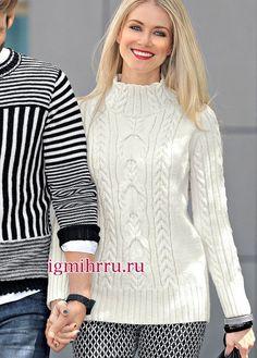 Белый шерстяной джемпер с узорами из рубчиков и кос. Вязание спицами