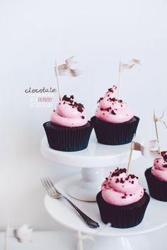 chocolate cupcakes with raspberry swiss meringue buttercream - yummy in my tummy Baking Cupcakes, Yummy Cupcakes, Cupcake Recipes, Dessert Recipes, Cupcake Torte, Cupcake Cookies, Cake Pops, Raspberry Buttercream, Buttercream Frosting