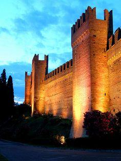 4 km from Cattolica - Mura di Gradara,Pesaro -Urbino province Marche region… Castle Ruins, Medieval Castle, Places Around The World, Around The Worlds, Best Of Italy, Famous Castles, Regions Of Italy, Wanderlust, Land Scape