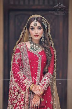 Tired of having the old cliched Indian wedding hairstyles ? Check our post on bridal hairstyles that are perfect to pair with your bridal ghoonghat. Bridal Mehndi Dresses, Pakistani Bridal Makeup, Bridal Dress Design, Pakistani Wedding Dresses, Indian Bridal, Pakistani Mehndi, Wedding Sarees, Bridal Lehenga, Bridal Makeover