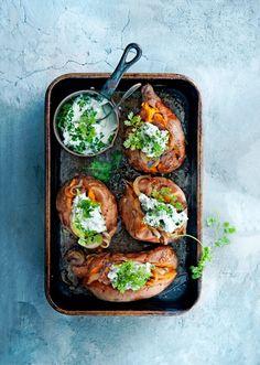 Bewaar recept glutenvrij gepofte zoete aardappel met kruidenyoghurt aantal 4 | hoofdgerecht | | hollands | Snel, makkelijk én lekker koken? Voor ons geen uitdaging! Deze gepofte aardappels met gekaramelliseerde ui en kruidenyoghurt staan in nog geen 30 minuten op tafel. Wij serveren er karbonades bij, maar zalmfilet kan bijvoorbeeld ook.Ben je een fan van …