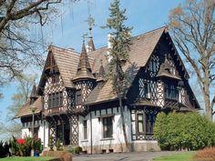 Отделка фасада дома пестрого цвета в фахверка стиле Thomas Kinkade, Facade, Castle, Relax, Cabin, Mansions, House Styles, Building, Places
